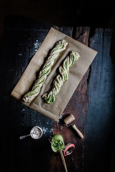 Hearty yeast braid with pesto Cocktail Garnish, Cocktail Recipes, Pesto, Rustic Food Photography, Mezcal Cocktails, Christmas Trends, How To Start Yoga, Italian Christmas, Christmas Breakfast