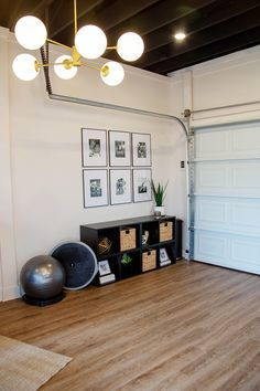 A Celebrity Trainer's Best Tips to Build an At-Home Gym on a Budget Die besten Tipps eines Promi-Trainers, um ein Heim-Fitnessstudio mit . Home Gym Decor, Gym Room At Home, Workout Room Home, Workout Rooms, Cheap Home Decor, Workout Room Decor, Exercise Rooms, Home Gym Garage, Basement Gym