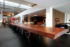 Nog tot 20 september is bij RR Interiors aan de Natiënlaan in Knokke-Heist een zeer unieke tafel te bewonderen. De tafel van twaalf meter lang is gemaakt uit Kauri-hout dat maar liefst 48.000 jaar oud is. - Knokke-Heist