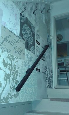 """Kellarin rappukäytävän seinä tapetoitu jämä- ja """"malli""""tapettipaloista... Malli, Indoor, Baseball, Interior"""