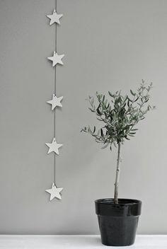 Easy to do. Use cardboard and string/silk/satin. OR order here http://lekkerfrisss.blogspot.nl/p/jotte.html