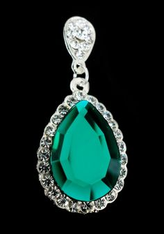 Belíssimo Brinco em base prata cravejado com strass swarovski cristal e pedras verde esmeralda. 6,5 cm de comprimento. Disponível em diversas cores sob encomenda. Ref. B384