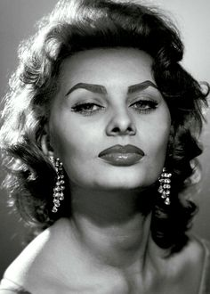 Sophia Loren pictures and photos Hollywood Icons, Old Hollywood Glamour, Hollywood Stars, Classic Hollywood, Loren Sofia, Sophia Loren Images, Italian Actress, Italian Beauty, Actrices Hollywood
