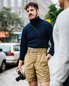 Very strong transition outfit by who got it during his recent visit in Gothenburg. Turtleneck & shorts from Italian… Unisex Fashion, Urban Fashion, Men Hipster Fashion, Fashion Men, Fashion Outfits, Fashion Trends, Fashion Hair, Menswear, Stylish