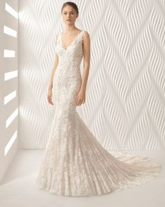 Elegant mermaid-style lace wedding dress with V-neckline. Celebrate your femininity in this extraordinary bridal gown!