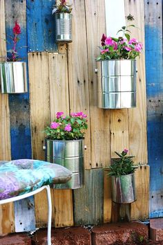 Make a garden on a budget with these pallet garden ideas. From DIY pallet outdoor planter ideas to pallet garden beds, there are plenty of wood pallet projects for the garden to choose from that will give your garden design a makeover on a budget. These pallet garden projects can be used for flowers, herbs, vegetables and more! Vertical Pallet Garden, Vertical Gardens, Pallets Garden, Pallet Gardening, Diy Planters Outdoor, Indoor Outdoor, Planter Ideas, Hanging Basket Garden, Planter Garden