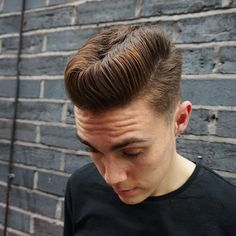 Rockabilly hair refers to styles made popular during the advent of rock and roll music. Cute Long Haircuts, Trendy Mens Haircuts, Haircuts For Wavy Hair, Long Hair With Bangs, Trendy Hairstyles, Summer Haircuts, Men's Haircuts, Modern Pompadour, Pompadour Men