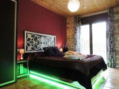 Cal Farris - Habitación Volcano, cama con movimiento, leds y musica. jacuzzi en habitación.