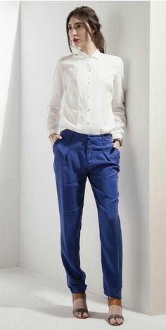 Richards - blusa de seda branca, calça azul em linho.