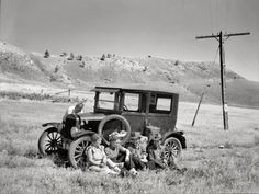 Arthur Rothstein Vernon Evans and family of Lemmon, South Dakota near Missoula,Montana, Highway Leaving the grasshopper ridden and drought-stricken area for a new start in Oregon and Washington circa 1936 Antique Photos, Vintage Pictures, Vintage Photographs, Old Pictures, Old Photos, Ford Motor Company, Shorpy Historical Photos, Montana, Dust Bowl