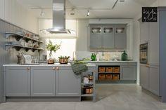 Schöne Landhausküche in weiß