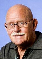 Dit is de schrijver van het boek hij heet: Jan Postma. Hij is 86 jaar oud.