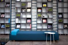 Magas könyvespolc beépített létrával