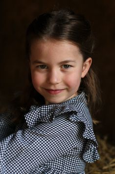 Princess Charlotte of Cambridge is the daughter of the Duke and Duchess of Cambridge, Prince William and Catherine. Charlotte was born on May 02 in Princesa Charlotte, Princesa Diana, Carole Middleton, Kate Middleton Style, Kate Middleton Children, Kate Middleton Daughter, Kate Middleton Family, Prince Charles, Prince William And Catherine