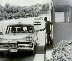 Peaje bajando la autopista Caracas La Guaira, a la altura del destacamento de LGN.  La imagen fue extraída de los libros del Nacional, bajo el titulo: La Caracas - La Guaira del Esplendor a la debacle. La edición del 2.006.  Los trabajos de la autopista se iniciaron en el año 1.950 y se concluyó a finales del año 1.953, para ser exacto, un 02 de diciembre de 1.953.