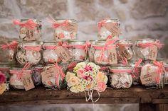 pretty pink favors | photo: fibre di luce http://weddingwonderland.it/2016/03/matrimonio-rustico-colori-pastello.html