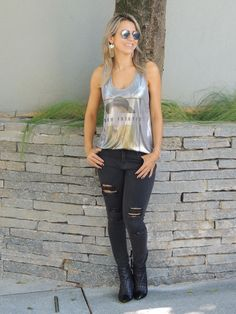 Jeans black, t-shirt metalizada e ankle boot