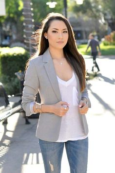 Simple and chic. The light gray blazer brings this outfit to a new level.