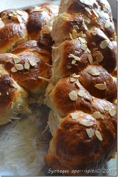 Τσουρεκια Greek Pita, Easter Projects, Easter Recipes, Greek Recipes, Pretzel Bites, Food To Make, French Toast, Recipies, Muffin