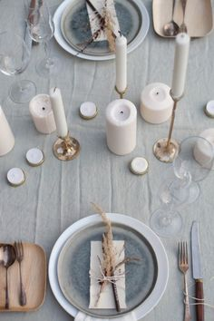 13 Modern Holiday Tablescapes That'll Up Your Hosting Game - Zu Tisch - Table settings - Elegant Table Settings, Fall Table Settings, Beautiful Table Settings, Wedding Table Settings, Place Settings, Simple Table Setting, Table Setting Inspiration, Wedding Inspiration, Daily Inspiration