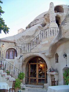 Gamirasu Cave Hotel built into volcanic rock. Cappadocia, Turkey. ______________________________ Gamirasu Cave Hotel construido en roca volcánica. Cappadocia, Turquía.