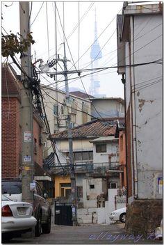 권영성 / @alleyway_kr / 골목에 흐른 기나긴  세월  그 시간의 편린으로  덮인 집은  그 옛날처럼  그 자리에 그대로  서있었다.   2013.12.8./후암동 / #골목 #골목길 #길 / 2013 12 08 /