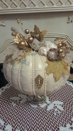 25 Shabby Chic Holiday Decoration Ideas for Apartment Shabby chic is a versatile and popular look these days. Whether you want to fully embrace the theme or distress feature items. Autumn Crafts, Thanksgiving Crafts, Holiday Crafts, Holiday Decor, Holiday Ideas, Shabby Chic Halloween Decor, Shabby Chic Pumpkins, Shabby Chic Homes, Shabby Chic Decor