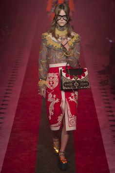 Gucci Spring 2017 Ready-to-Wear Fashion Show - Gucci Spring - Ideas of Gucci Spring. - Gucci Spring 2017 Ready-to-Wear Fashion Weeks, Fashion 2017, Runway Fashion, High Fashion, Fashion Show, Womens Fashion, Fashion Design, Fashion Trends, Gucci Fashion