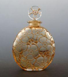 「「ユリ」ルネ・ラリックの香水瓶」の作品写真と詳細をご紹介。