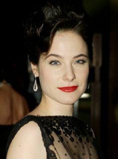 She looks like snow white omg Caroline Dhavernas, Nbc Hannibal, Hair Photo, Dark Hair, Beautiful Actresses, Bellisima, Beautiful Women, Hairstyle, Celebs