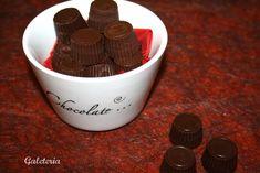 Bombones rellenos de praliné de nueces Mugs, Tableware, Blog, Food, Truffles, Sweet And Saltines, Foods, Black, Dinnerware