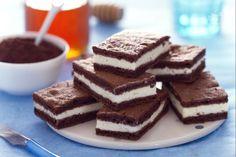 Le fette di cacao al latte sono delle golosissime merendine fatte in casa composte da due basi al cacao farcite con della gustosa crema al latte.