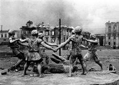 En agosto de 1942 las bombas alemanas cayeron sobre Stalingrado, dando comienzo a la batalla más sangrienta de la historia, en la que murieron dos millones de personas. Emmanuel Evzerihin tomó la foto de esta fuente, que resistió los cinco meses de intensos combates. Evzerihin fue criticado por su editor, que prefería fotos de las aguerridas tropas soviéticas. Hoy en día está considerada una de las imágenes más simbólicas de la II Guerra Mundial y la fuente, un monumento a la esperanza.