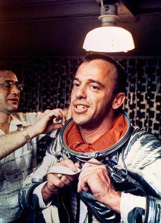 Alan Shepard, primeiro homem americano no espaço, vestindo seu traje espacial Navy Mark IV.