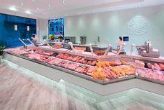Proyecto para la Carnicería Grau Cansaladers ubicada en el barrio de Horta. Decoración moderna y luminosa con una extensa zona de charcutería y carnicería Seafood Store, Seafood Market, Butcher Store, Carnicerias Ideas, Protein Shop, Small Bakery, Meat Shop, Store Layout, Restaurant Design