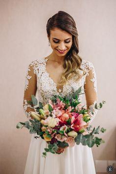 Buquê da Noiva Boho Chic. Lace Wedding, Wedding Dresses, Fashion, Outside Wedding, Marriage Pictures, Wedding Things, Simple Wedding Dress With Sleeves, Boho Wedding, Bride Dresses