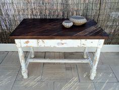 Mesa rústica de madera maciza con las patas en blanco y el tablero acabado a la cera. Luniqueblog.com
