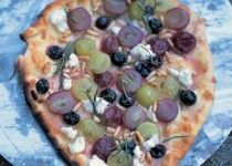 Pizza con uva bianca e nera, rosmarino, pinoli e ricotta.  (Pizza met witte en rode druiven, rozemarijn, pijnboompitten en ricotta)