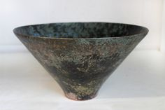 Makiko is a ceramist trained in turning and shaping in Japan. Her ceramics and stoneware with simple and elegant shapes are in harmony with nature, whose decorations are inspired by landscapes.Research of a contact which is pleasing to hands and mouth.