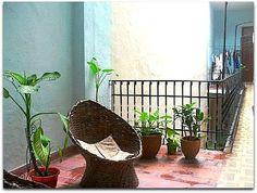Patio interior y pasillo de acceso a las habitaciones. Patio Interior, Hanging Chair, Colonial, Plants, Furniture, Home Decor, Home, Decoration Home, Hanging Chair Stand