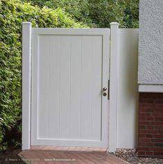 Wirkungsvoller Schutz der Privatsphäre durch eine blickdichte Gartentür mit 180 cm Höhe als Seitenabgrenzung zwischen Haus und Hecke.