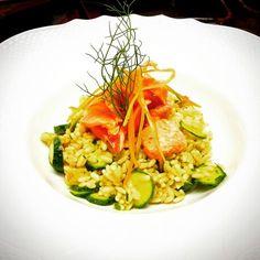 Insalata fredda di riso al curry con zucchine nane e salmone marinati al timo e pepe rosa!