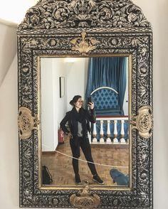 You don't always have the chance to use Gala's mirror to take a selfie. . Not bad uh?!? I find it really nice. I wouldn't mind having one like that at home. I only need to find a spot where to hang it . . _________________ . No siempre tienes la oportunidad de hacerte una foto en el espejo de Gala. . No está nada mal eh?!? Me parece muy bonito. No me importaría tener uno igual en casa. Solo me faltaría encontrar un huequecito para colocarlo . . #gala #dali #selfie #mirror #espejo…