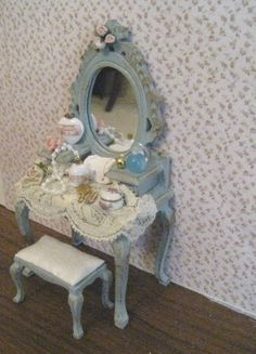 duck egg blue shabby chic,with gold trims and rose bouquets, twelfth scale miniature op Etsy, 19,81€