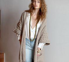 On aime la ligne enveloppante de ce manteau 3/4 manches rapportées torsadées. Base de ce modèle en jersey envers avec des poches et des bordures en jersey endroit. Fermeture par brides boutonnières. (3 boutons 45 mm + 1 pression 17 mm)
