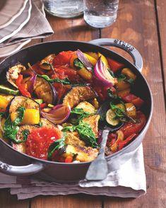 Základem téhle opečené středomořské směsi zeleniny jsou rajčata, papriky, lilky a cukety. Důležitý je i česnek, olivový olej a bylinky. My jsme do směsi bylin zařadili i bazalku, ovšem kvůli ní se francouzští kuchaři hádají – někteří tvrdí, že bez ní není ratatouille, jiní říkají, že její výrazná chuť vše přebije. Paella, Ethnic Recipes, Food, Essen, Meals, Yemek, Eten