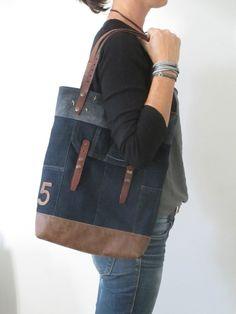 Love the leather trim details. Handmade Clothes, Handmade Bags, Sacs Tote Bags, Diy Bags Patterns, Diy Sac, Denim Handbags, Denim Ideas, Denim Crafts, Sack Bag