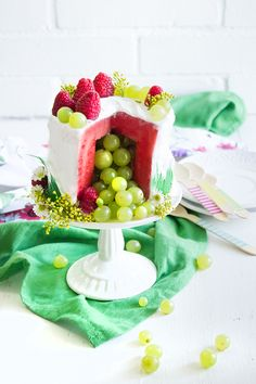 Throw a party and serve watermelon cake! Healthy Dessert Recipes, Fruit Recipes, Fruit Birthday Cake, Pinata Cake, Watermelon Fruit, Savoury Cake, Cake Creations, Creative Food, Let Them Eat Cake
