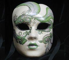 """Volto intero """"Perla"""" di color verde, OR17- Maschera realizzata completamente a mano in cartapesta con l'aggiunta dello screpolato (Craquelè). Pezzo Unico. Le decorazioni, anch'esse realizzate a mano, sono in colori acrilici e di alto livello dal punto..."""