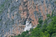 Kloster Ostrog im Bosnien und Herzegowina Reiseführer http://www.abenteurer.net/1180-bosnien-und-herzegowina-reisefuehrer/